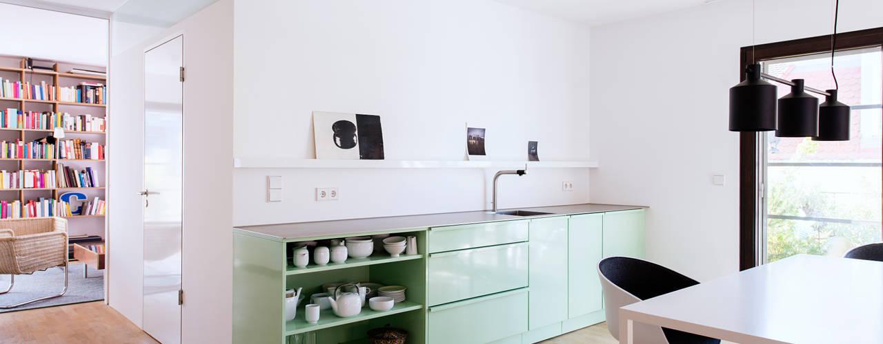 Oficinas y bibliotecas de estilo moderno de Popstahl Küchen Moderno