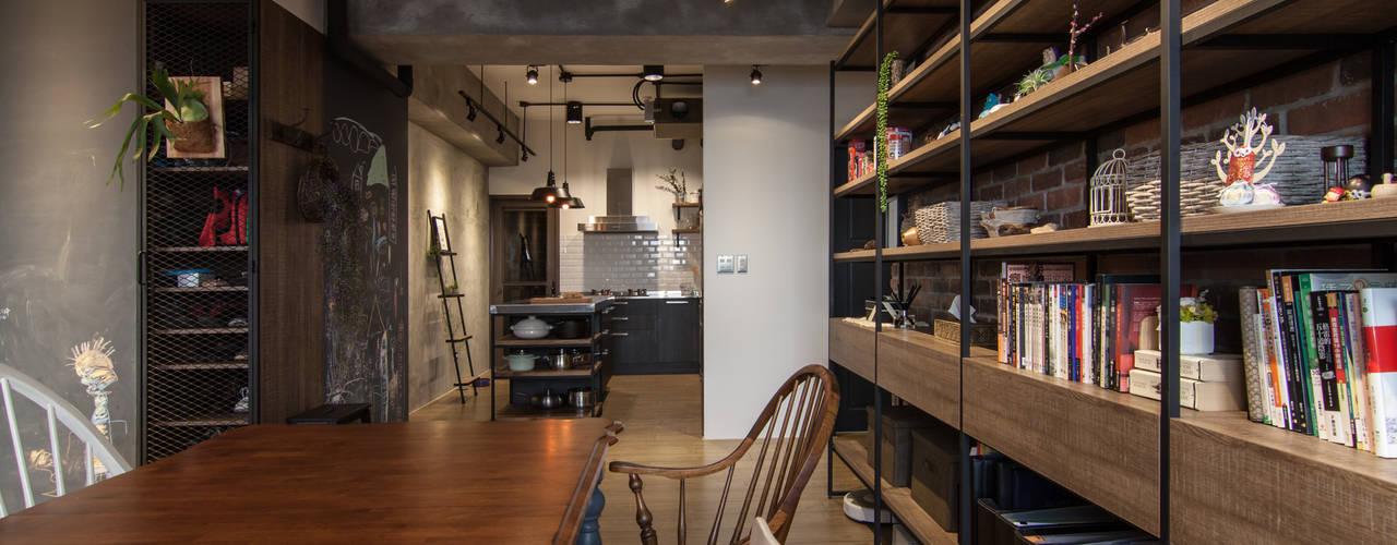 Salas de jantar industriais por 珞石設計 LoqStudio