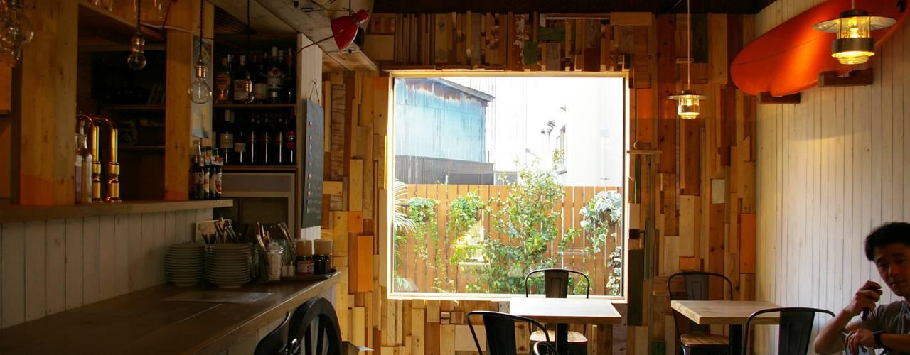 中庭につながる大きなFIX窓: たましま設計施工社が手掛けた窓です。