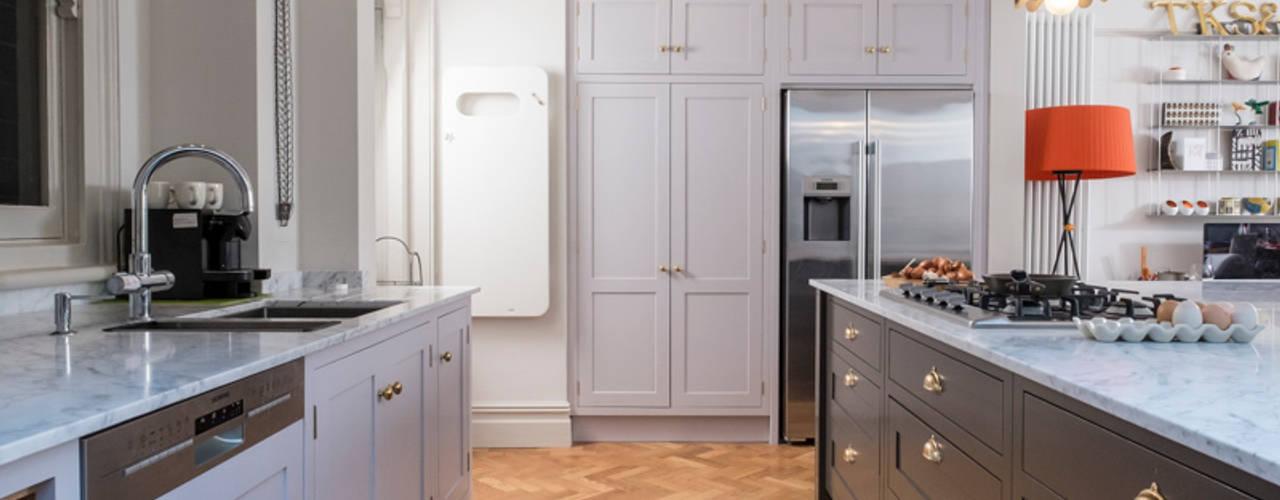 designer cool Chalkhouse Interiors Cocinas de estilo clásico Madera Gris