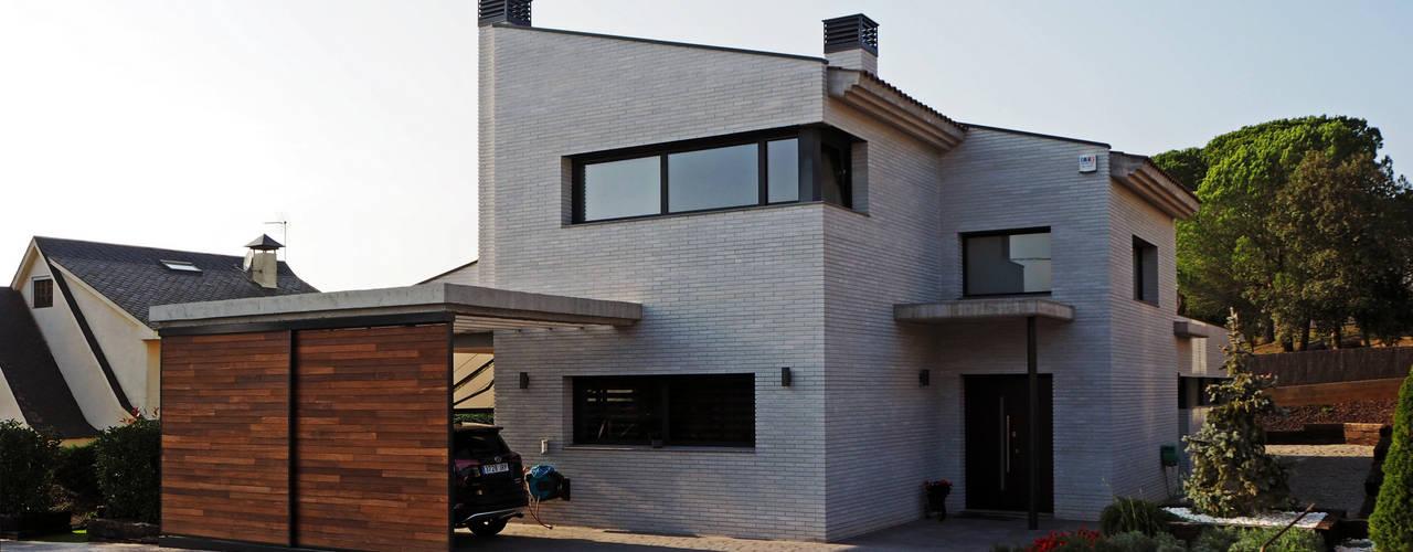 Vivienda en Sant Antoni de Vilamajor Atres Arquitectes Casas de estilo moderno Ladrillos Blanco