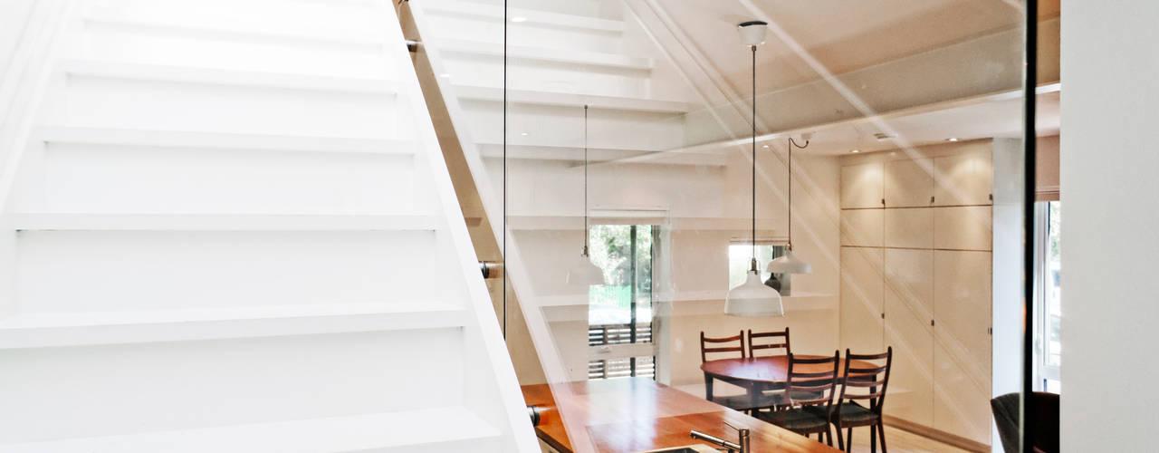 Projekty,  Korytarz, przedpokój zaprojektowane przez Solares Architecture