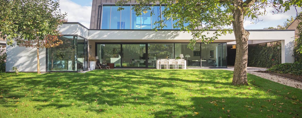 Villa Wierden:  Tuin door schipperdouwesarchitectuur,