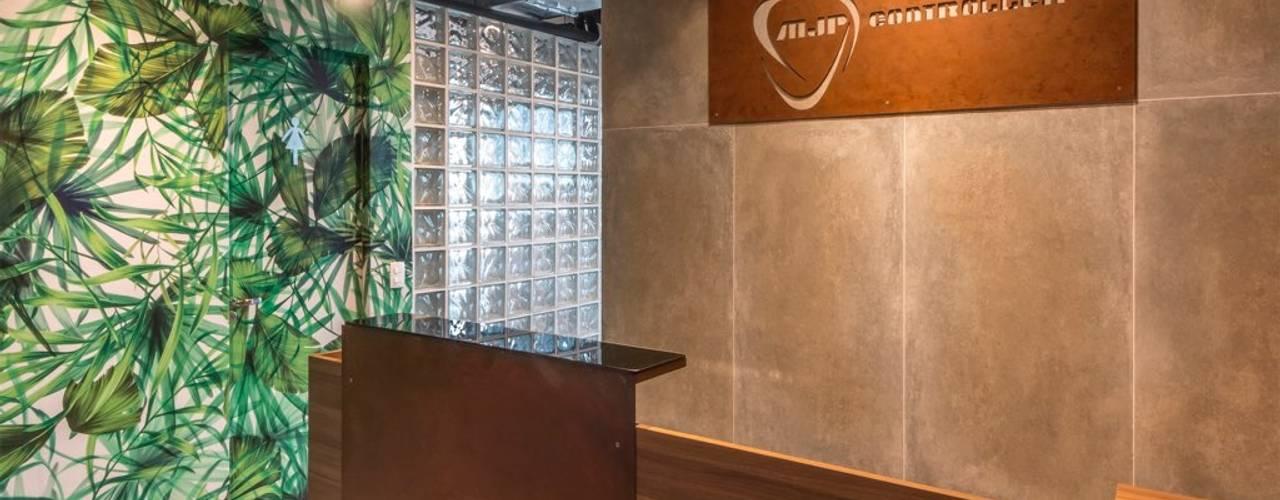 Escritório Moderno e Funcional com Estilo Industrial e Urbano Lnormand Interiores Lojas & Imóveis comerciais industriais Concreto Cinza