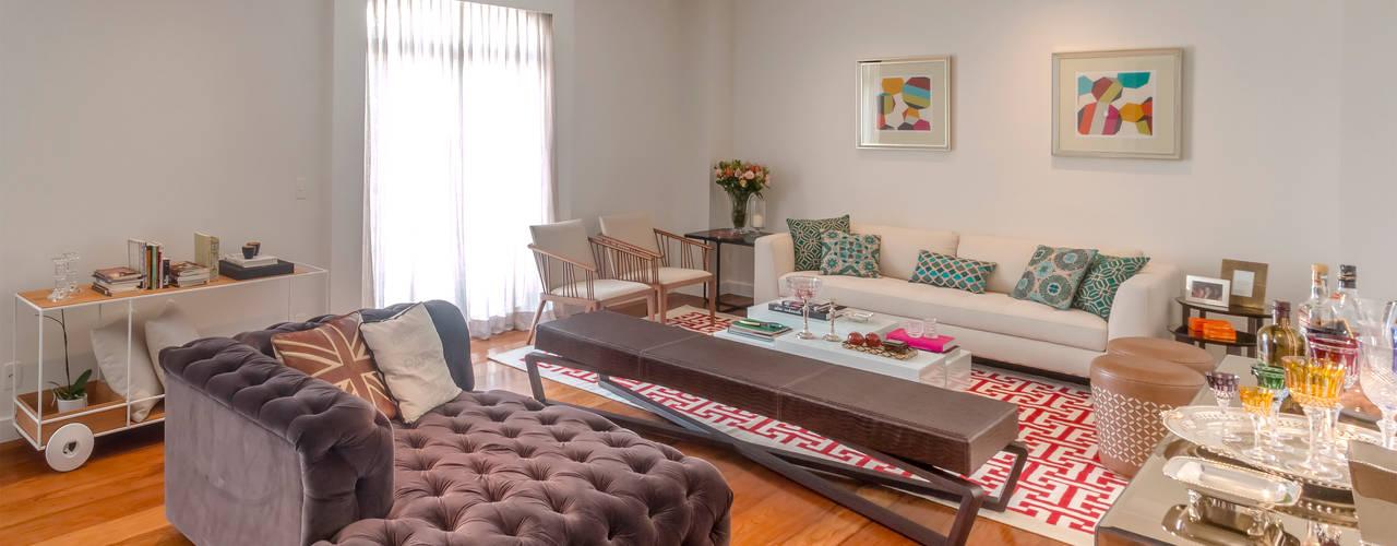 Sala de Estar contemporanea com chaise capitonê roxa: Salas de estar  por Lnormand Interiores