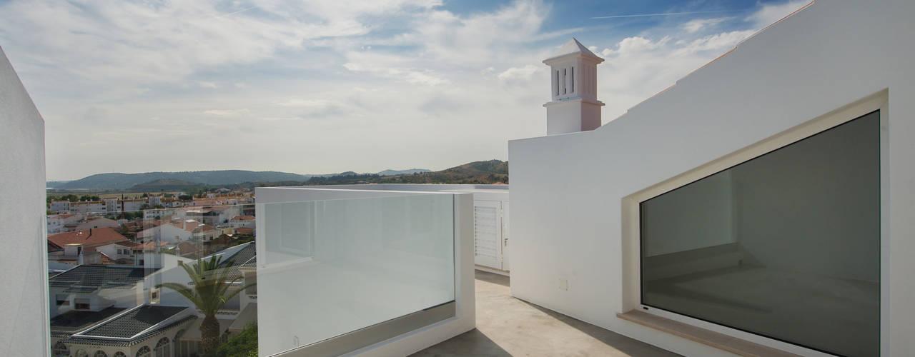 Balcones y terrazas minimalistas de studioarte Minimalista