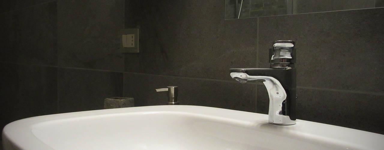 Phòng tắm phong cách hiện đại bởi CARLO OMINI ARCHITETTO Hiện đại