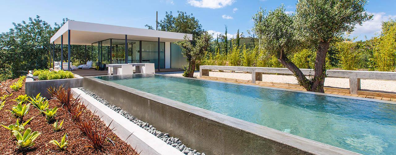 Nomad Living Modern Pool by studioarte Modern