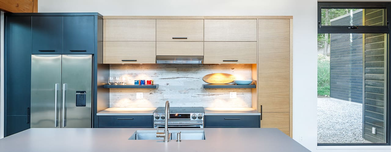 Lac St. Sixte Summer Residence:  Kitchen by Flynn Architect ,Modern