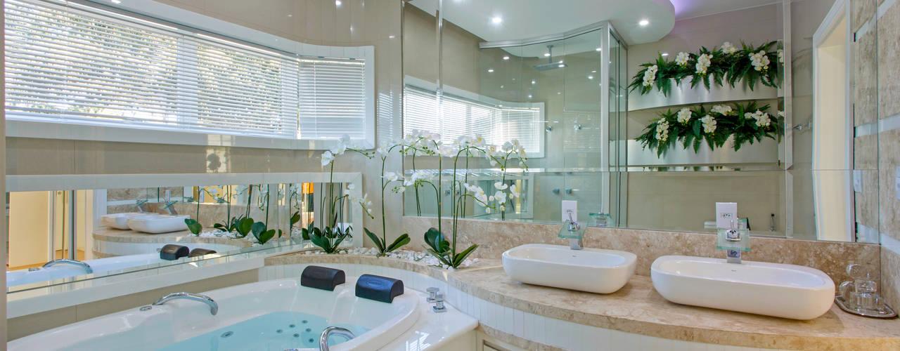 Casa Malibu Arquiteto Aquiles Nícolas Kílaris Banheiros modernos Mármore Bege