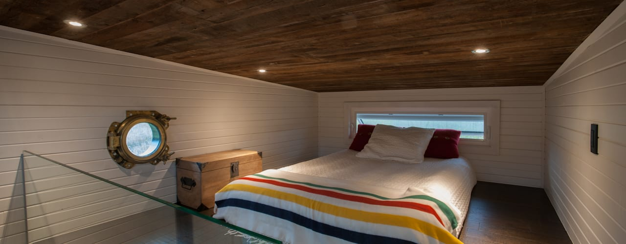 Greenmoxie Tiny House Minimalist bedroom by Greenmoxie Magazine Minimalist