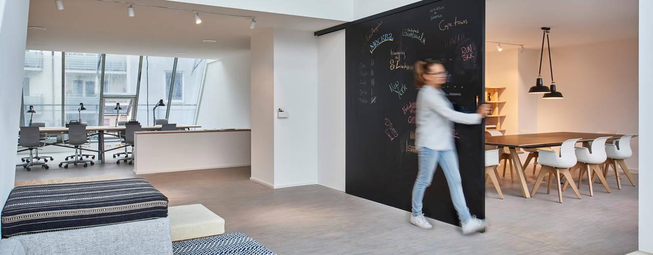 Офисные помещения в эклектичном стиле от INpuls interior design & architecture Эклектичный