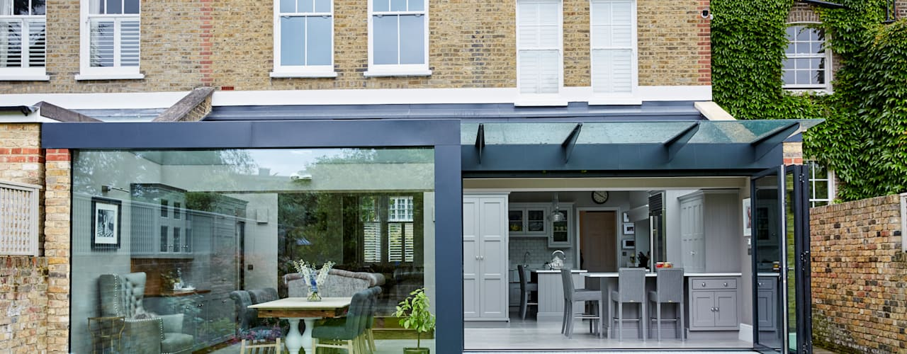 The reconstruction and enlargement of a dilapidated extension to the rear of a Victorian home Moderne keukens van Trombe Ltd Modern