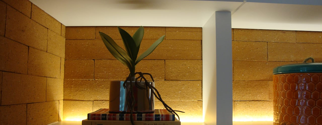 detalhe estante iluminada: Salas de estar modernas por Geraldo Brognoli Ludwich Arquitetura