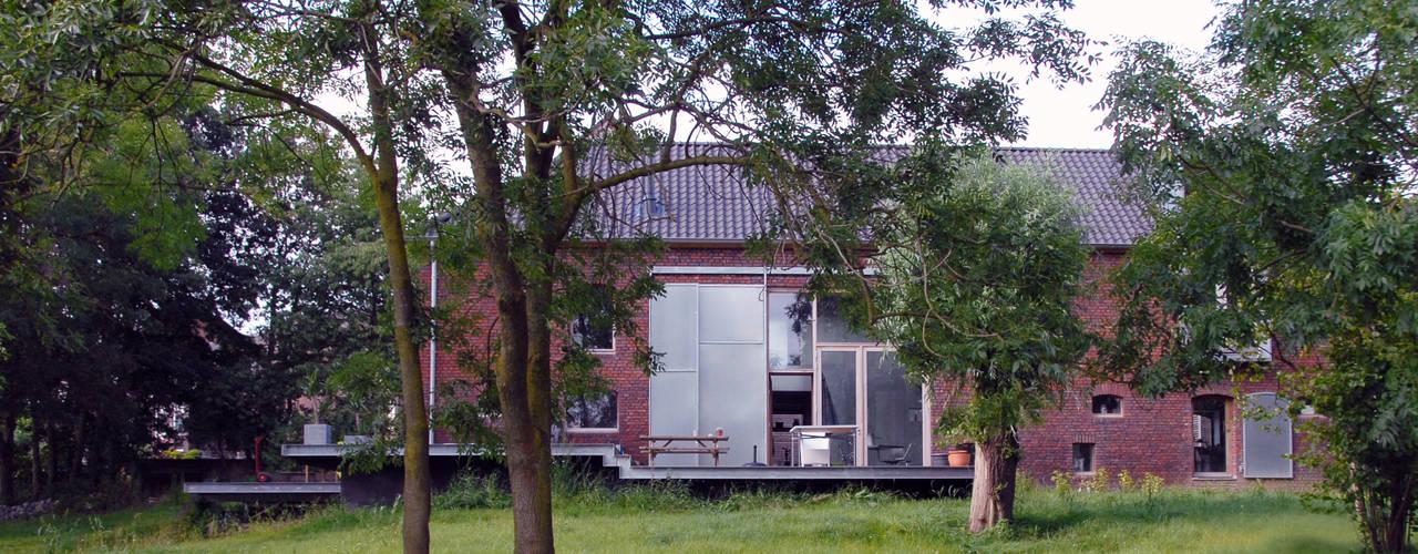 Jeanne Dekkers Architectuur verbouwd traditionele boerderij op bijzondere manier Landelijke tuinen van JEANNE DEKKERS ARCHITECTUUR Landelijk