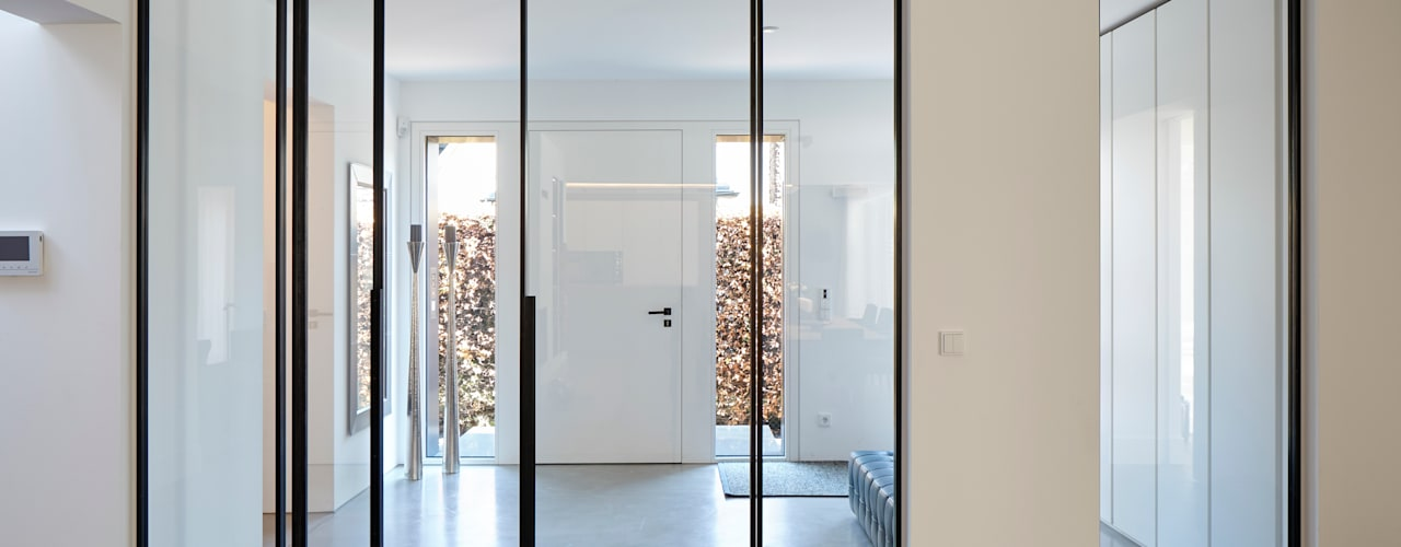 Projekty,  Korytarz, przedpokój zaprojektowane przez Lioba Schneider