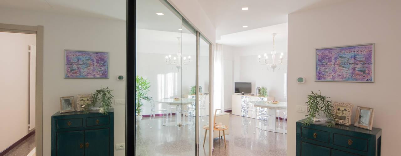 Appartamento al mare ristrutturato. Lella Badano Homestager Ingresso, Corridoio & Scale in stile moderno Vetro Bianco