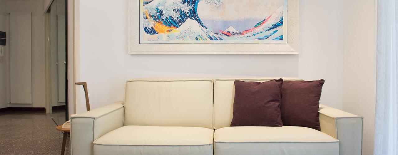 Appartamento al mare ristrutturato. Lella Badano Homestager Soggiorno moderno Beige