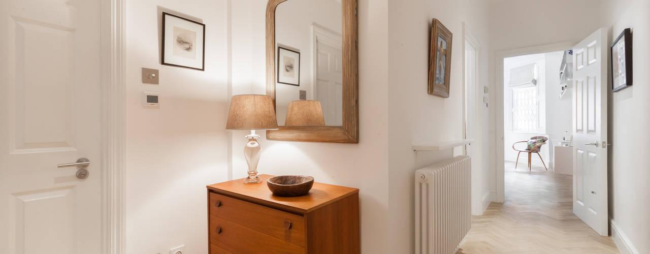 Kensington Basement Refurbishment Pasillos, vestíbulos y escaleras de estilo ecléctico de Timothy James Interiors Ecléctico