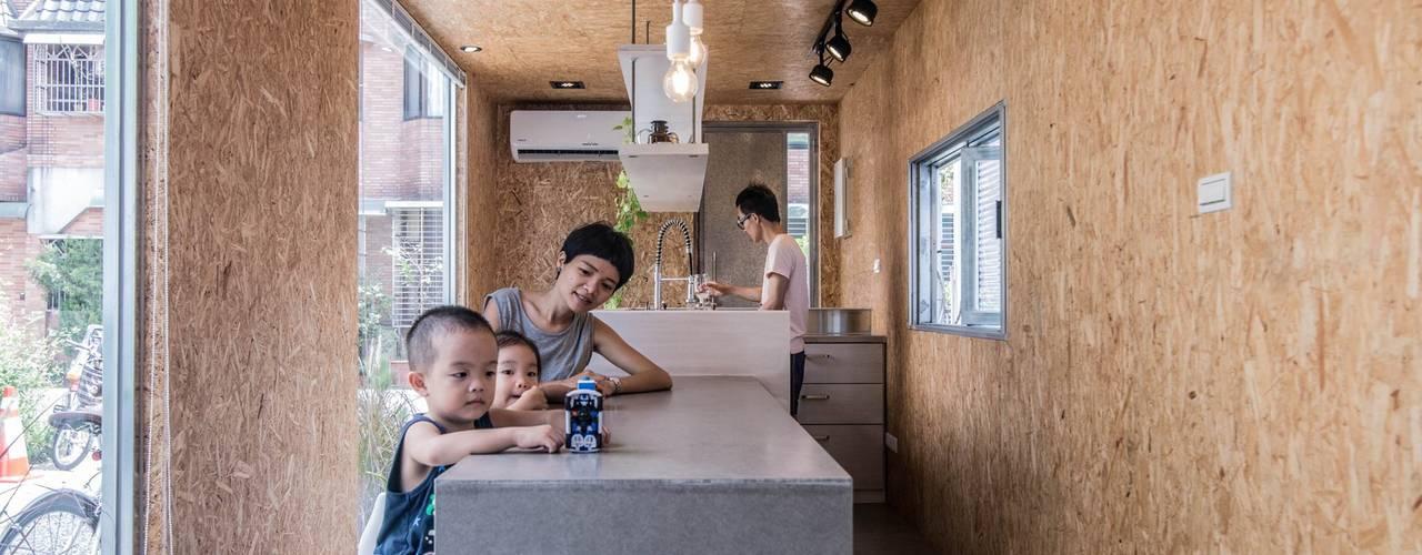 Modern Kitchen by 伍乘研造有限公司 Modern