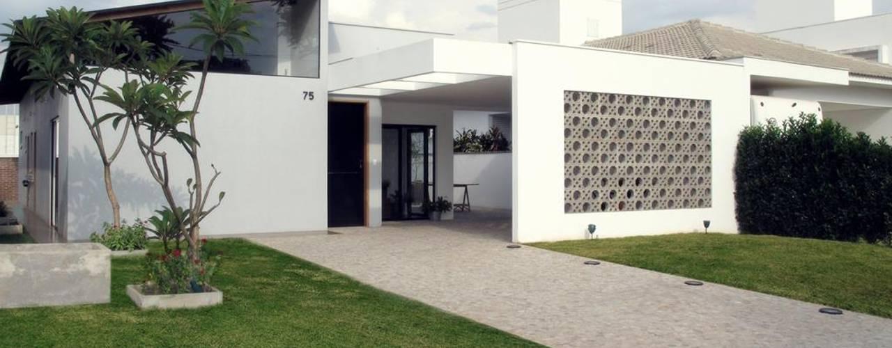 Modern houses by Cia de Arquitetura Modern