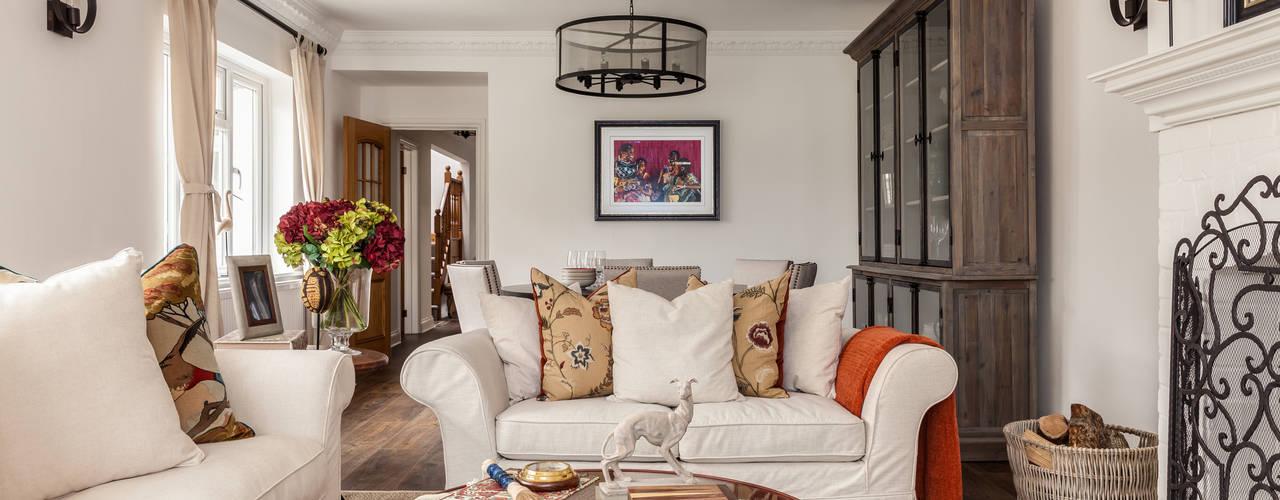 Livings de estilo rústico por The White House Interiors