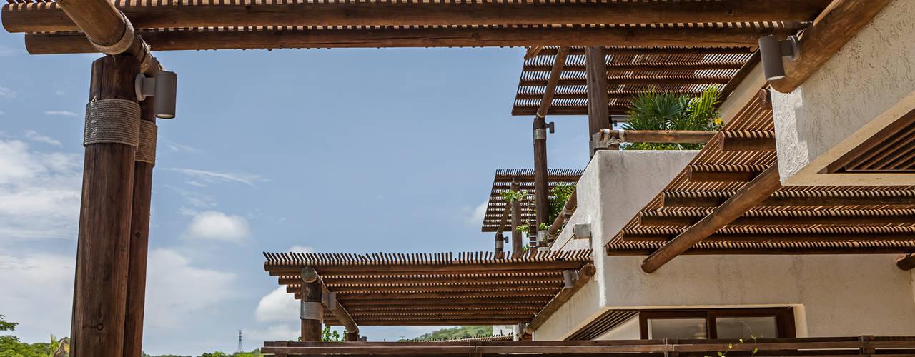 Hiên, sân thượng phong cách hiện đại bởi MORADA CUATRO Hiện đại