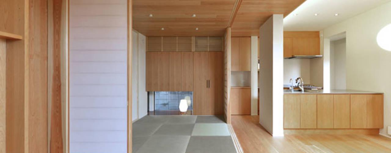 Projekty,  Pokój multimedialny zaprojektowane przez 株式会社Fit建築設計事務所