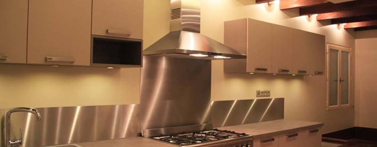 Rénovation d'une cuisine au style rustique et moderne: Cuisine de style de style Rustique par Koya Architecture Intérieure