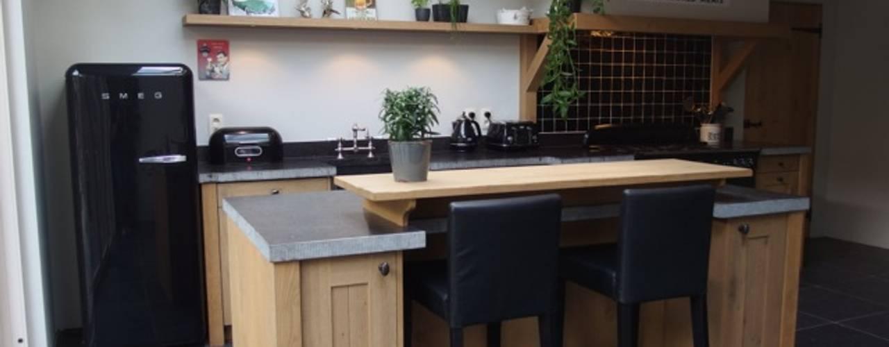 de Lange keukens Cocinas de estilo rural Madera Acabado en madera