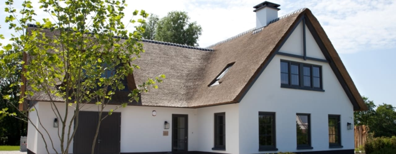 Riet gedekte woning | Leek: moderne Huizen door Groothuisbouw Emmeloord