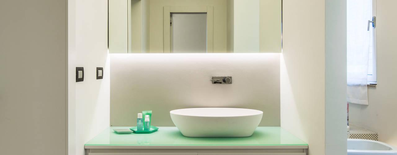 Minimalist style bathrooms by PLUS ULTRA studio Minimalist