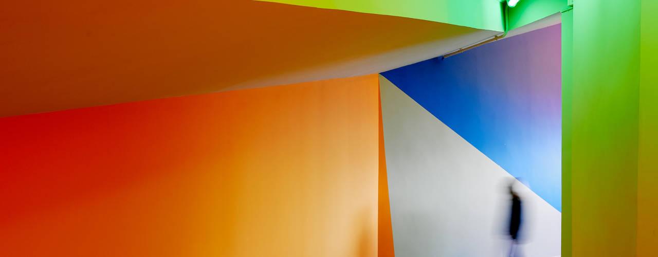 Pasillos, vestíbulos y escaleras modernos de DECONS GKAO S.L. Moderno
