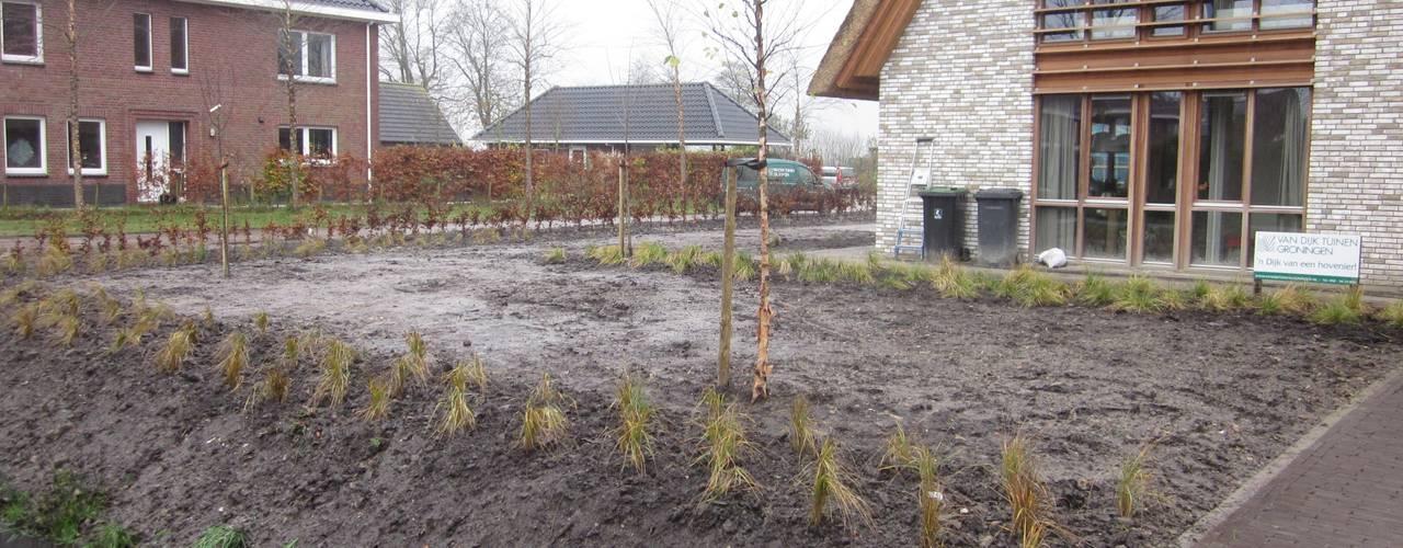 modern Garden by GroenerGras Hoveniers
