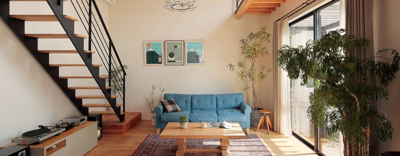 Salas de estilo escandinavo de こぢこぢ一級建築士事務所 Escandinavo