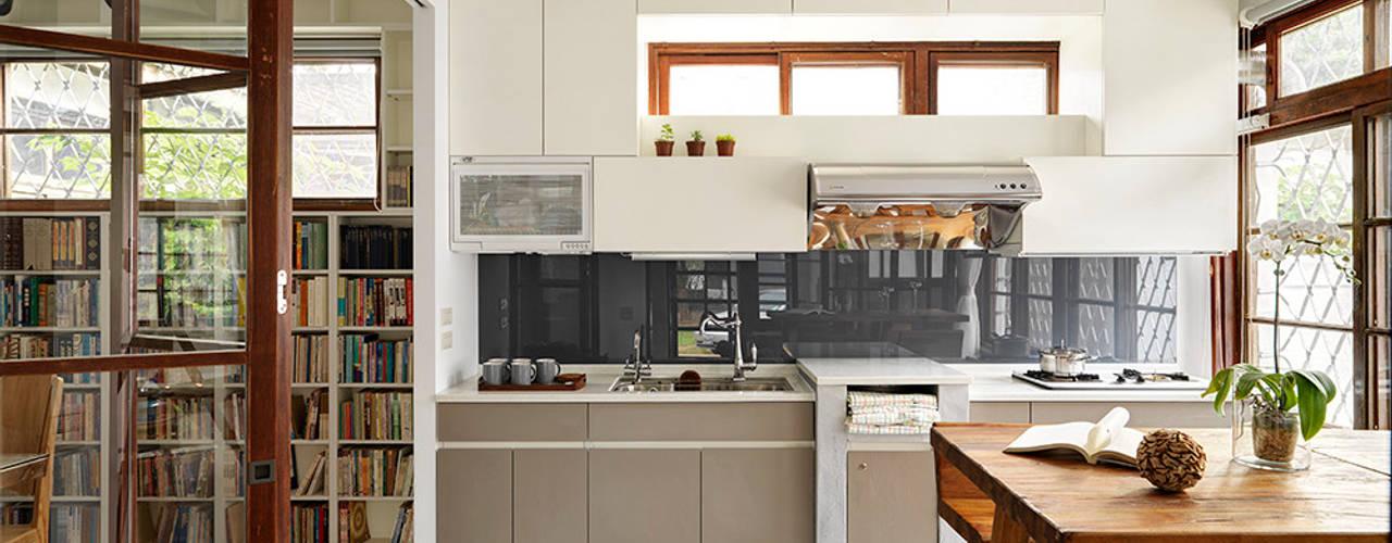 Cozinhas escandinavas por 築築空間 Escandinavo