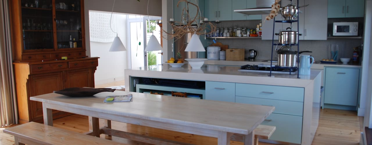 HOLIDAY HOME KNYSNA:  Kitchen by Gallagher Lourens Architects