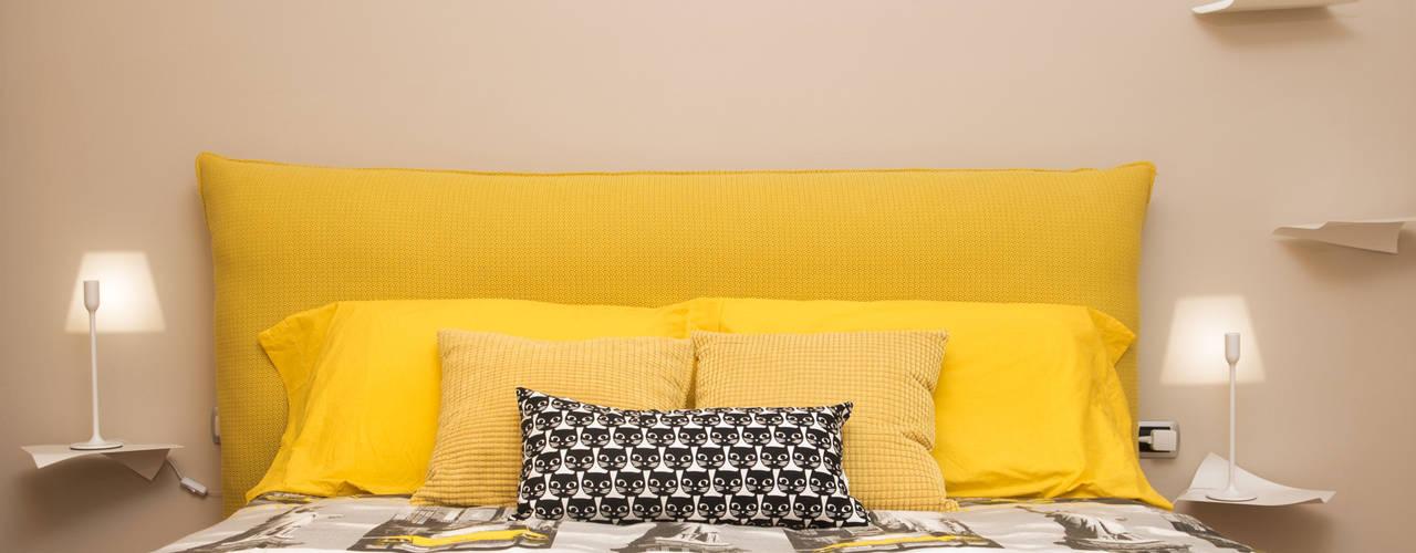 Testata del letto in giallo, bianco e nero: Camera da letto in stile  di Rachele Biancalani Studio