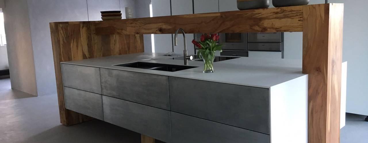 Maatwerk keuken in massief hout met zink en Corian:   door anders verbouwen
