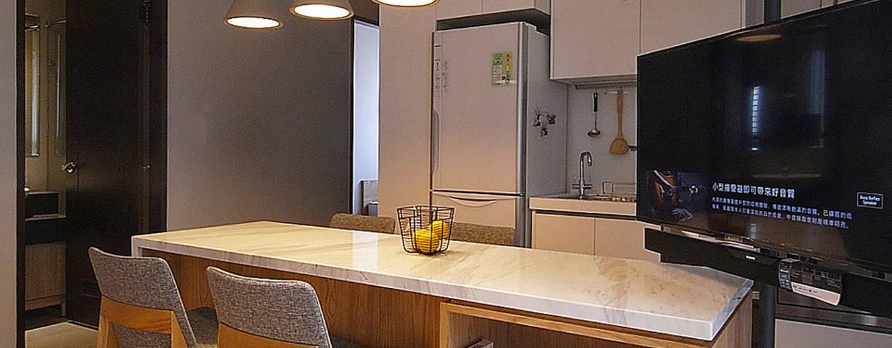 Salas / recibidores de estilo  por 直譯空間設計有限公司