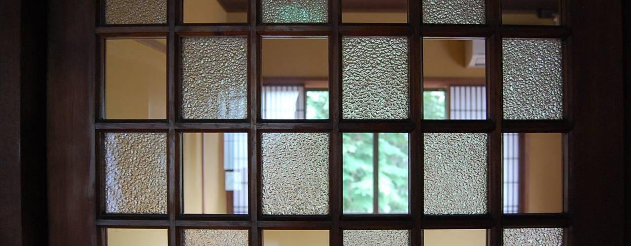 Cửa sổ & cửa ra vào phong cách kinh điển bởi colocoloenterprise Kinh điển