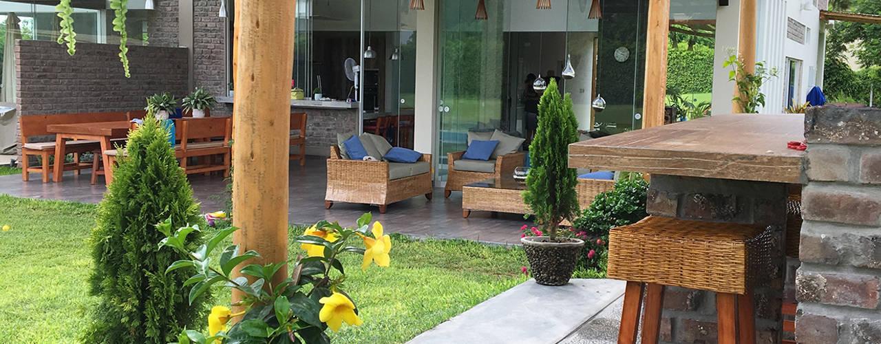 Balcones y terrazas de estilo rústico de malu goni Rústico