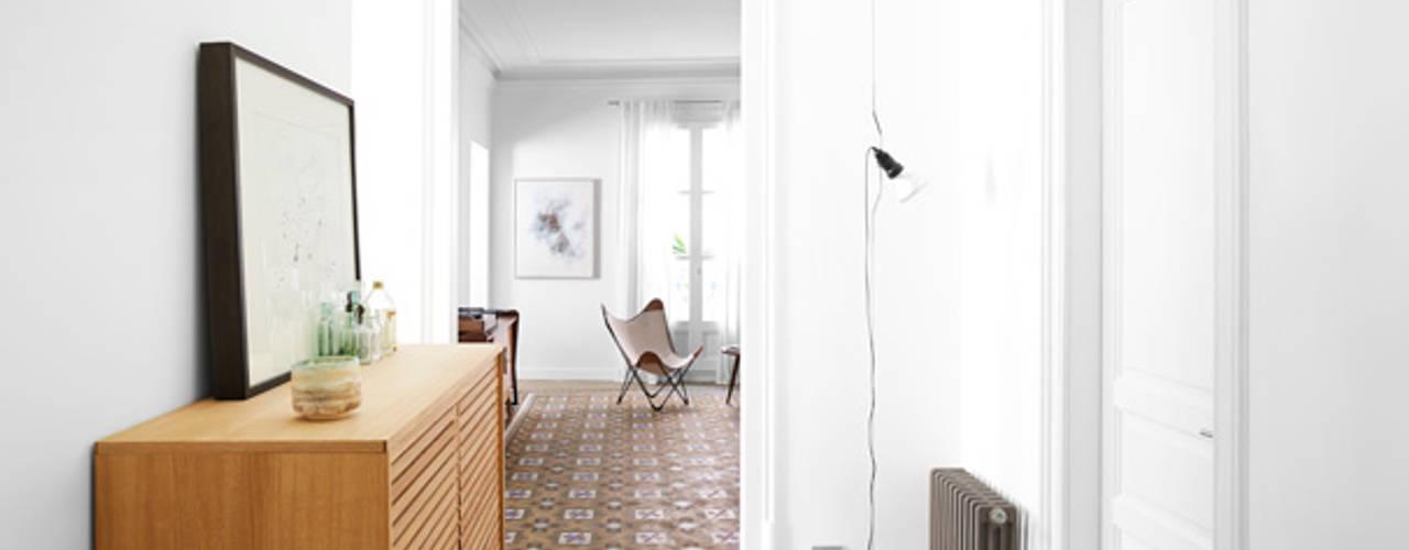 斯堪的納維亞風格的走廊,走廊和樓梯 根據 Oliveras Boix Arquitectes 北歐風