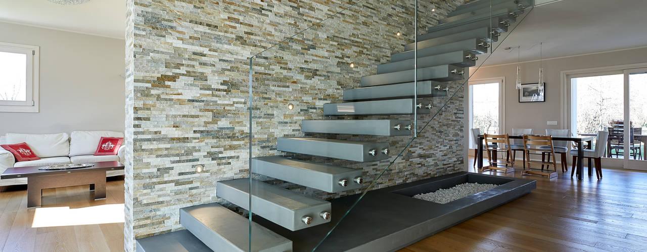 Pasillos, vestíbulos y escaleras de estilo moderno de Studio Associato Architetti Luisa Movio Michele Poletto Moderno