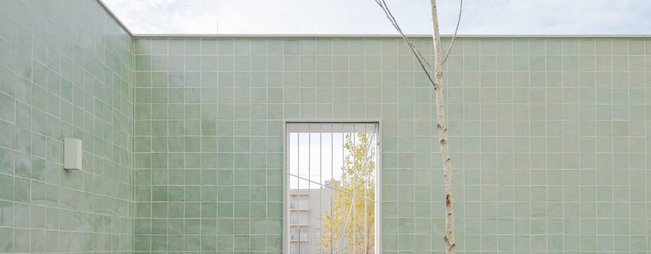 ALA.rquitectos Casas de estilo moderno Azulejos Verde