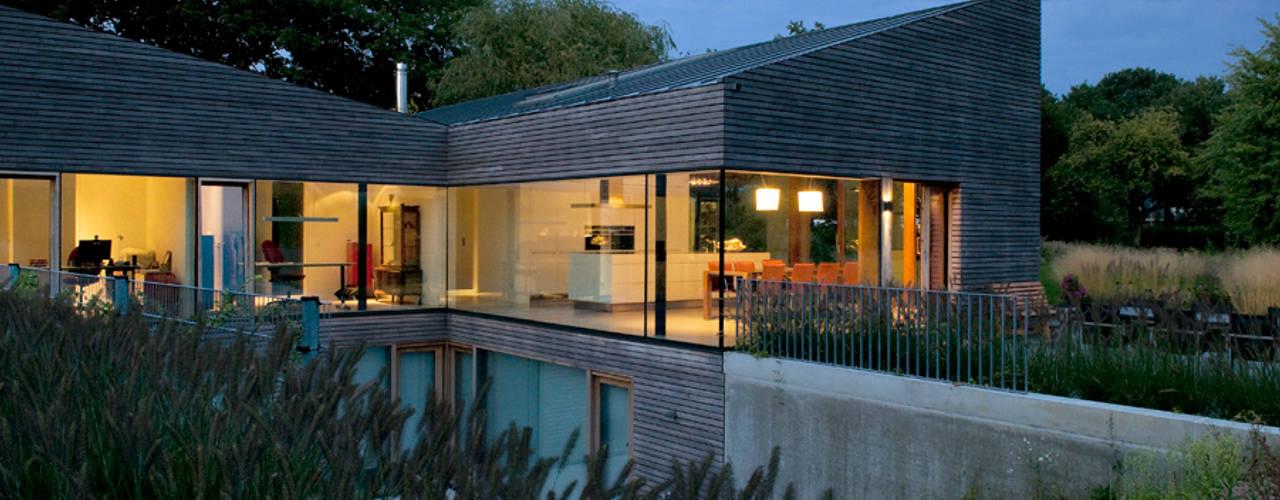 Woonhuis P Moderne balkons, veranda's en terrassen van WillemsenU Modern