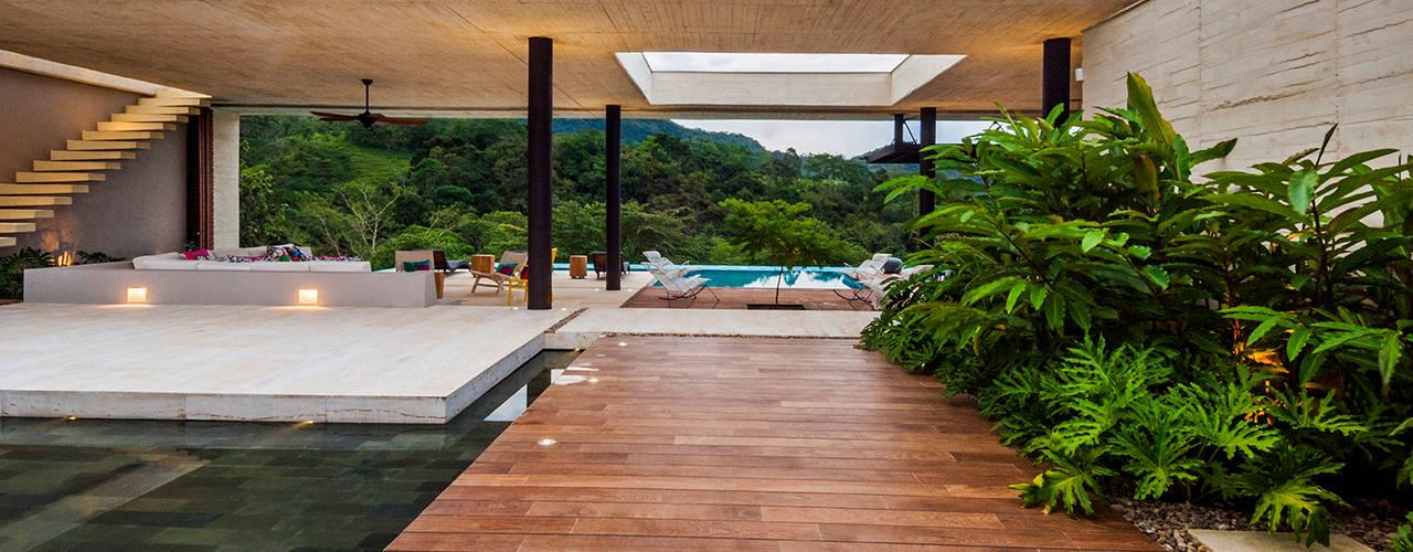 Casa 7A Arquitectura en Estudio Jardines de estilo moderno Concreto Acabado en madera