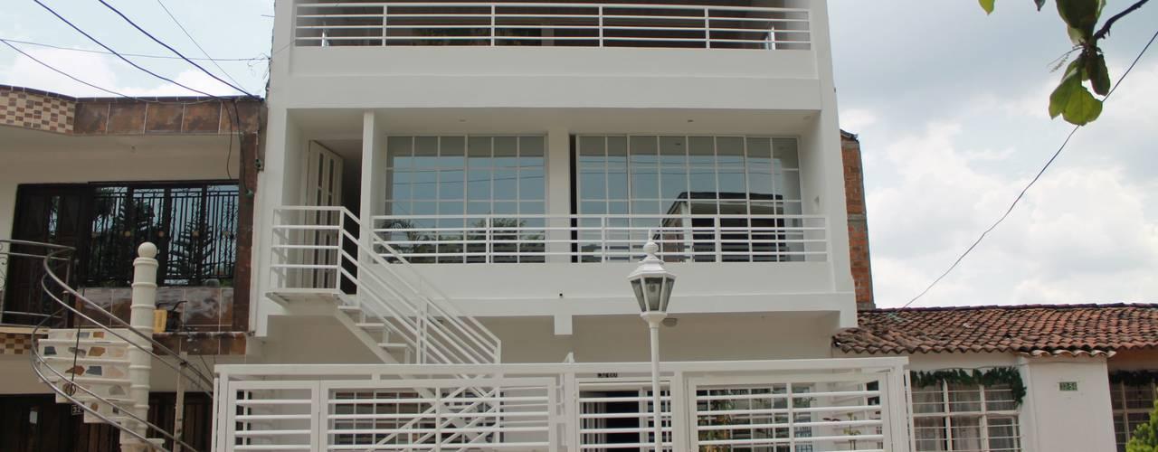 APARTA-STUDIOS - Ra30: Casas de estilo  por IngeniARQ,