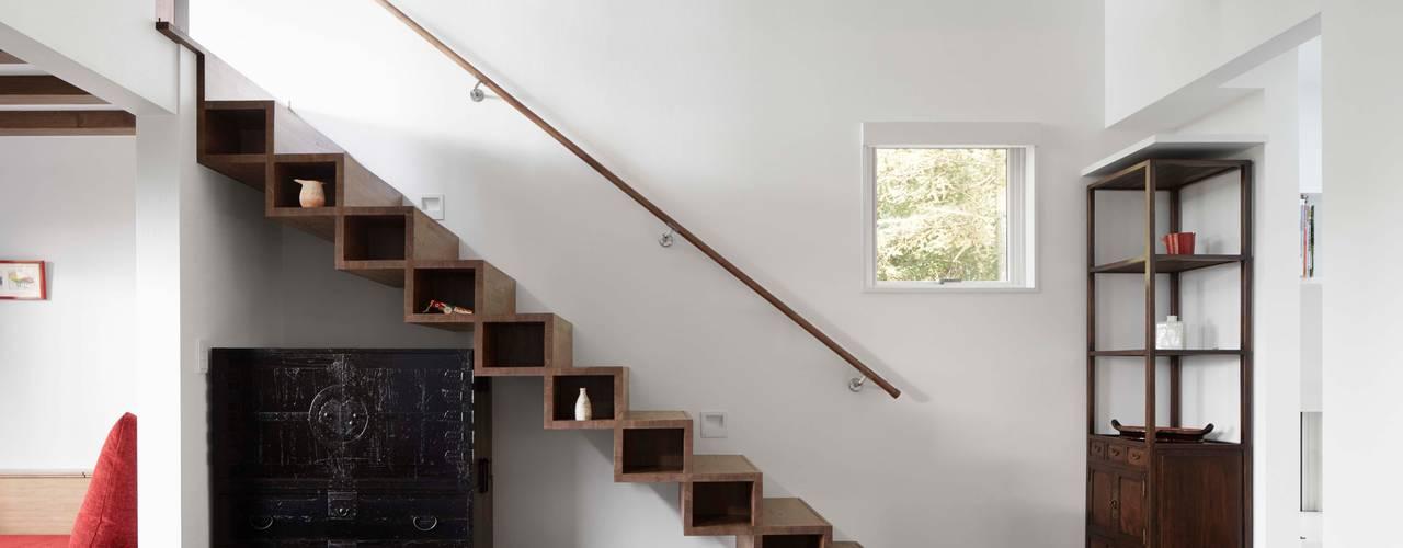 Villa in Lake Kawaguchi Pasillos, vestíbulos y escaleras de estilo moderno de 久保田章敬建築研究所 Moderno