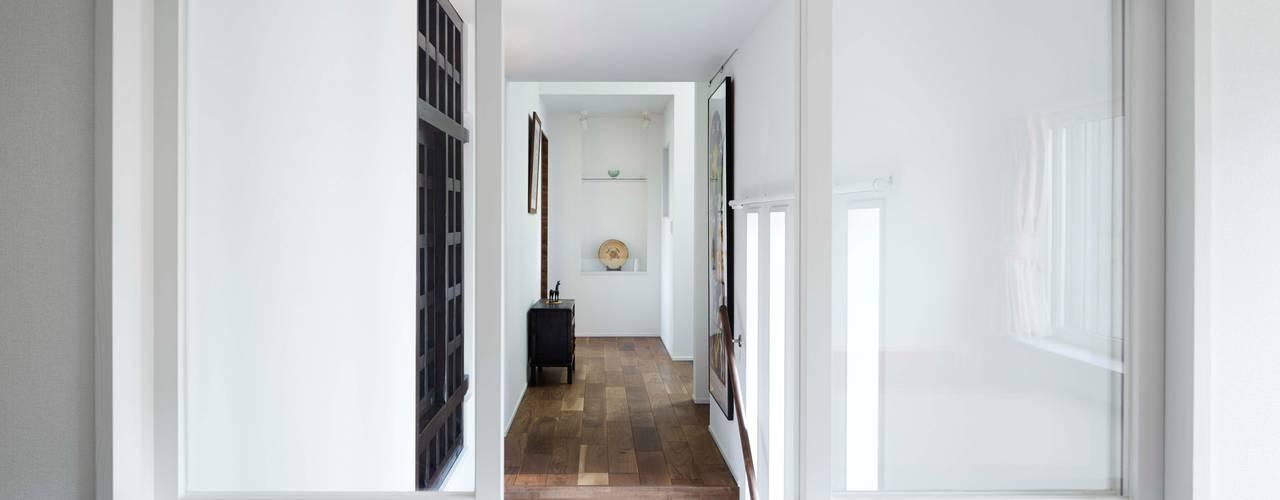 河口湖の別荘: 久保田章敬建築研究所が手掛けた寝室です。